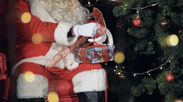 Santa Claus vázací stuhy v dárkovém balení. Štědrý den koncept