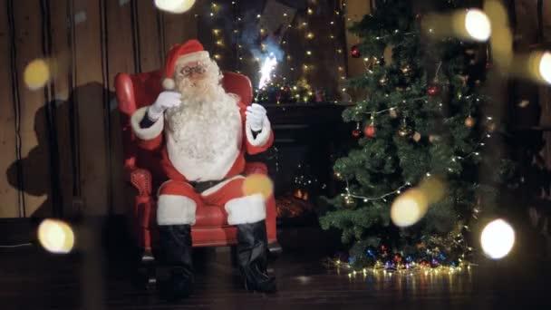 Happy Santa s šumivé ohňostroj úsměvy vás zve na vánoční večírek. Novoroční oslavy koncept