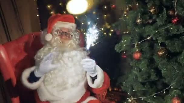 Santa Claus s šumivé ohňostroj úsměvy vás zve na vánoční večírek. Novoroční oslavy koncept