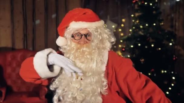 Mikulás karácsony este a kandalló mellett tánc.
