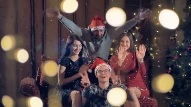 Fröhlich, glücklich Freunde feiern Weihnachten-Silvester-Party in ...