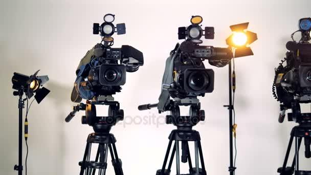 Tři profesionální videokamery na stativy