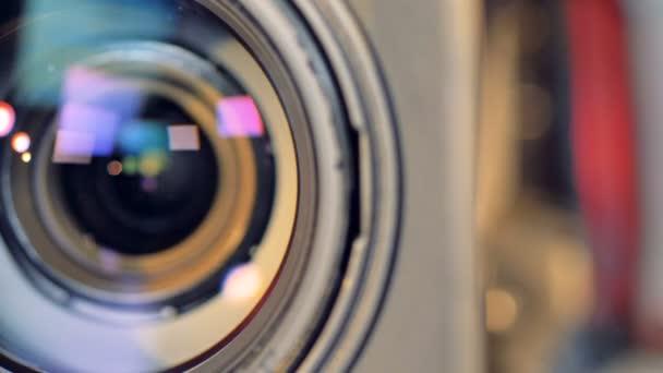 Zoom alatt kinyílik egy videokamera lencse.
