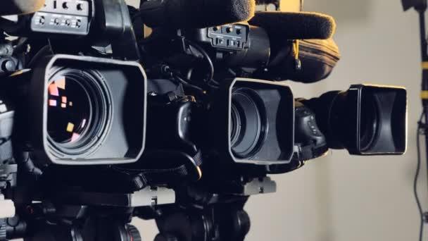 Tři video kamery osvětlena bodovými světly.