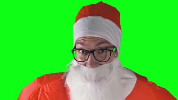 Detail na Santa Claus pití z modrý hrnek