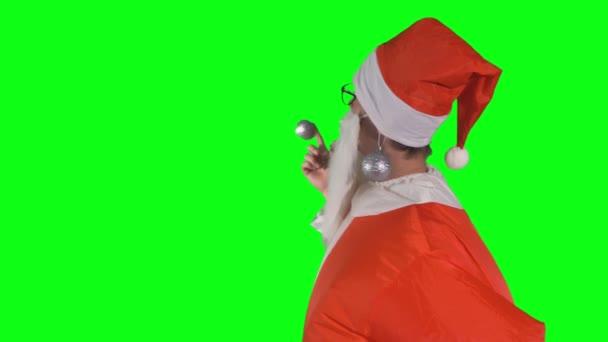 Santa Claus s vánoční ozdoby na uchu poukazuje na skrytý objekt