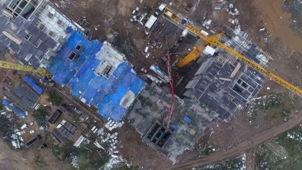 Výše rotující pohled na staveništi s profesionálním vybavením
