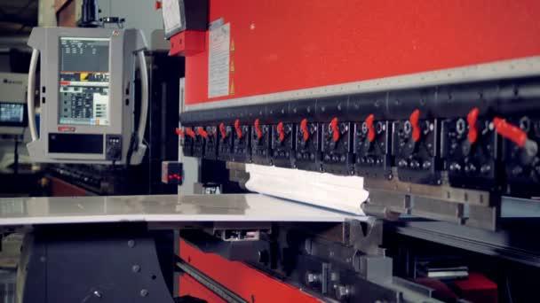 Kovový stroj. Kovové zpracování průmyslové zařízení ohybu plechu
