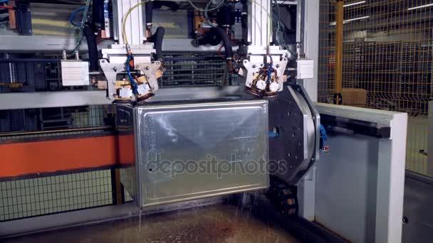 Průmyslové automatické zařízení na výrobní linky v továrně