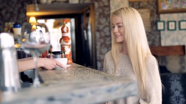 Blond dívka dostává její čaj a platí za to