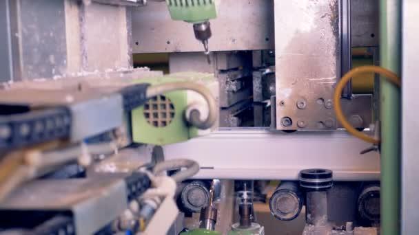 Průmyslové zpracování plastů stroj fréza kusy plastových dílů. Robotizované výrobní linka