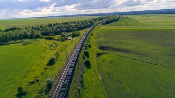 Luftaufnahme eines großen Güterzuges, der Kohle transportiert.