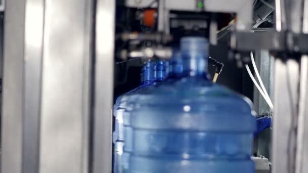 Nyitott és címkézett 5 gallon palackozott vízzel töltött.