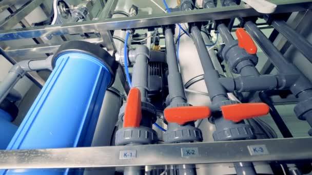 Plastikrohre in der Fabrik. Kläranlage.