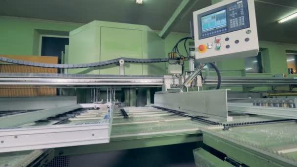 Dopravní pás, montáž plastových detaily. Automatizované stroje na výrobní linky v továrně