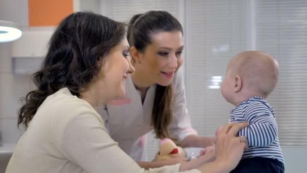Weibliche Kinderarzt Arzt untersucht Baby in einer Kind-Klinik. 4k.