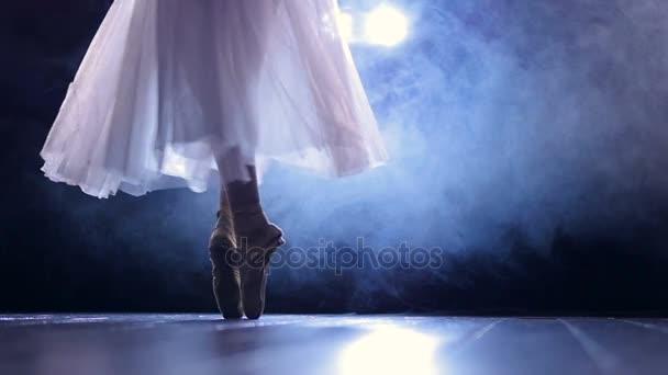 Ballerinas Füße, während sie spitze Arabesken-Schritte macht.