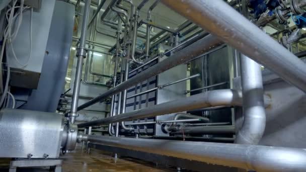 Pasteurisierungsanlagen für Milchfabriken in der Detailansicht.
