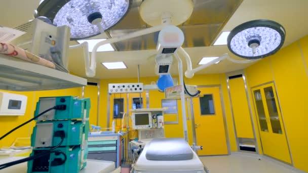Modern kórházi ügyeletre sárga falak.