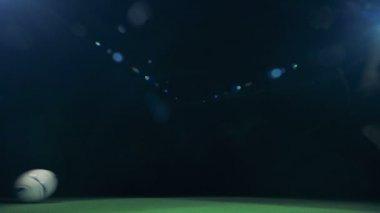 Profesionální fotbalista se řítí do obrázku, získali míč a dělat triky