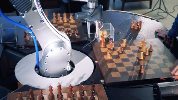 Közeli kép: robot chessplayer sakkozni egy Benő.