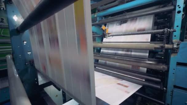 Výroba noviny v továrně na tisk