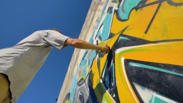 Graffiti umělec je obraz žluté dopis na zdi, pohled zespodu
