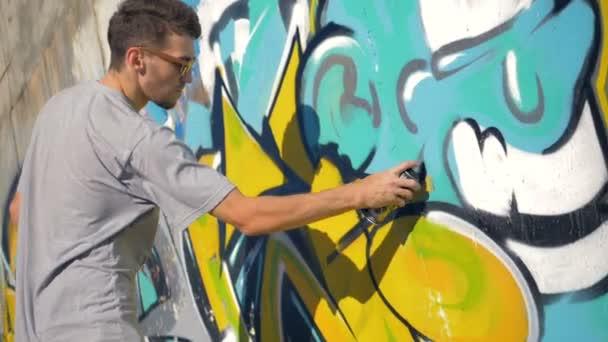 Graffiti umělec je obraz černého trojúhelníku na žluté dopis, správného typu zobrazení