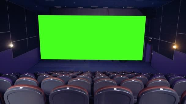 leere grüne Leinwand im Kinosaal.