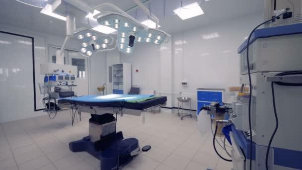 Steadicam záběr operační sál s lékařské zařízení uvnitř. 4k