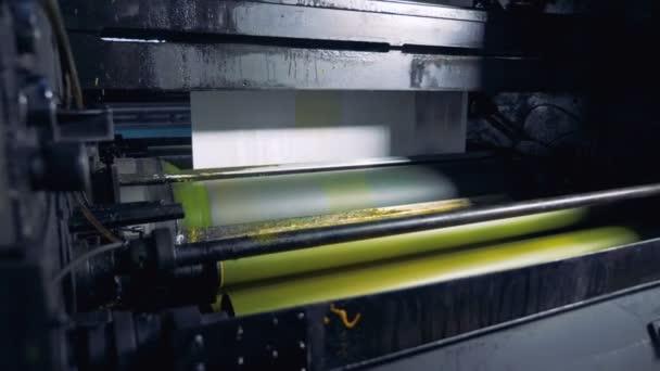 Čerstvý denní tisk na zařízení pro tisk. 4k