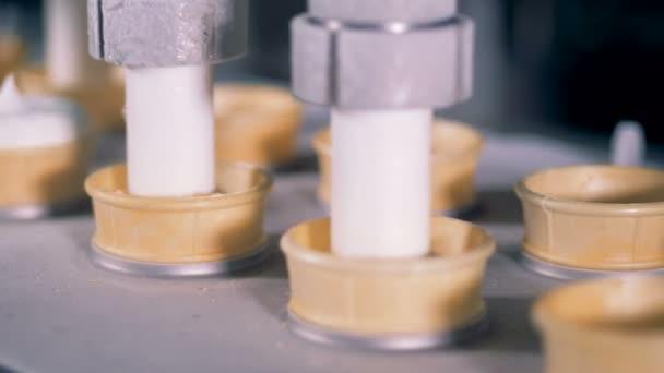 Zmrzlina výroba na továrnu. Proces plnění destiček šišky s pohár