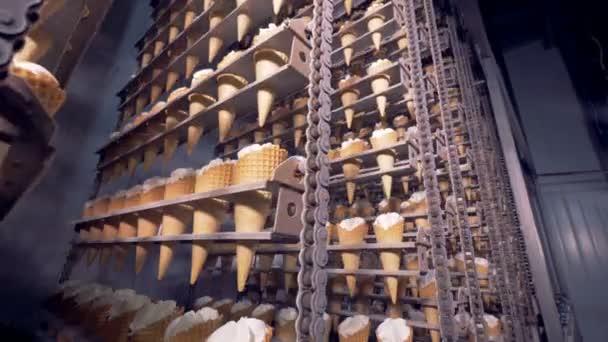 Připravené zmrzlinových kornoutů uvnitř Průmyslové mrazící stroj na dopravník