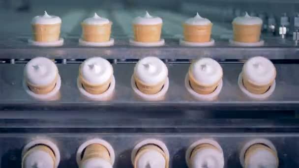 Průmyslové zařízení pro výrobu zmrzliny se pohybuje připravené zmrzliny.