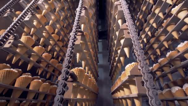 Průmyslové chladící komora se spoustou nanuky na dopravník