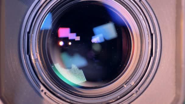 Egy videokamera belső lencse-szoros zoom-out folyamat fel