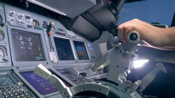 ein Flugzeugführer schaltet einen Hebel im Cockpit aus nächster Nähe.