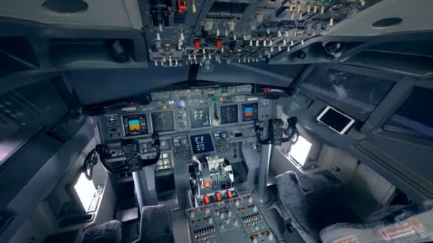 Das leere Cockpit eines Flugsimulators.
