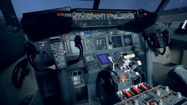 ein leerer Cockpitblick im Flugzeug, aus nächster Nähe. 4k.