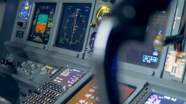Monitore auf dem Armaturenbrett eines Flugzeugs, Nahaufnahme.