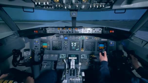 Das Flugzeug hebt ab, die Piloten sitzen im Cockpit.