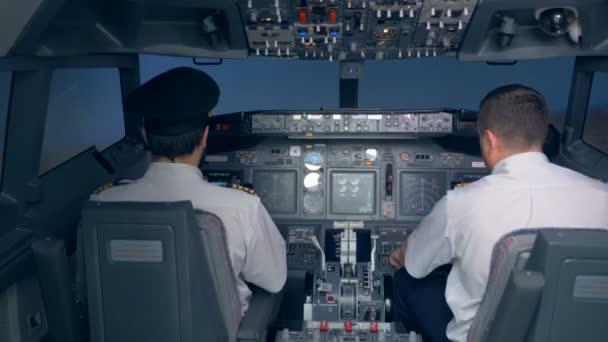 Piloten sitzen während des Fluges im Cockpit.