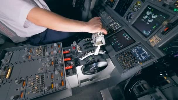 Pilot hält seine Hand in Großaufnahme an einem Hebel im Cockpit. 4k.