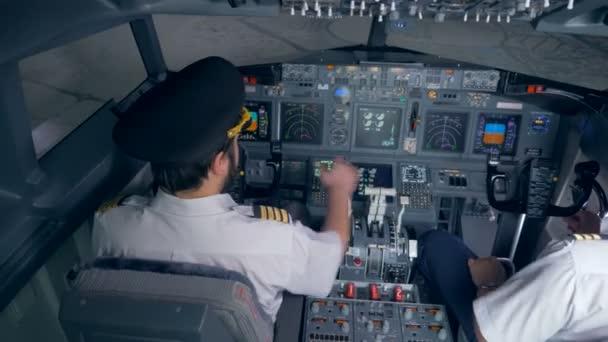 Zwei Piloten machen Sie sich bereit für einen Flug im Simulator. 4k.
