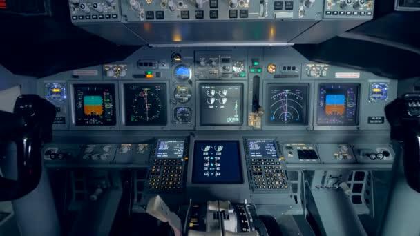 Blick auf ein Armaturenbrett im Flugzeug.