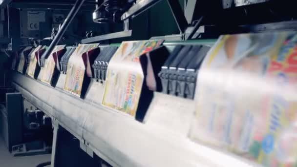 Barevné papírové desky jsou při přepravě průmyslových strojů