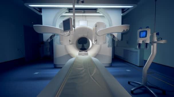 Arbeiten-Tomographen in einer modernen Klinik in Dunkelheit