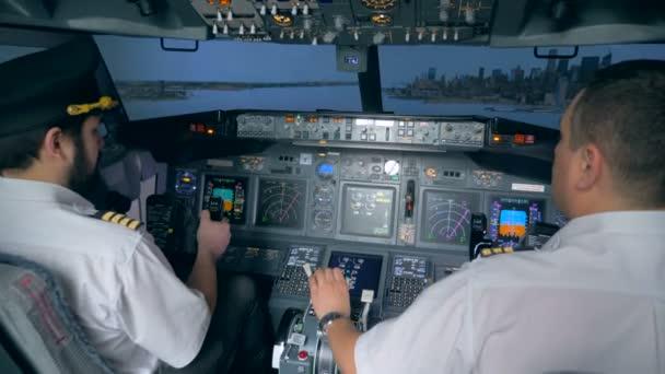 Piloten steuern Airbus im Flugsimulator.