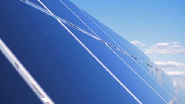 Velké solární panely mimo, zblízka. Moduly solárních baterií pracují mimo na střeše
