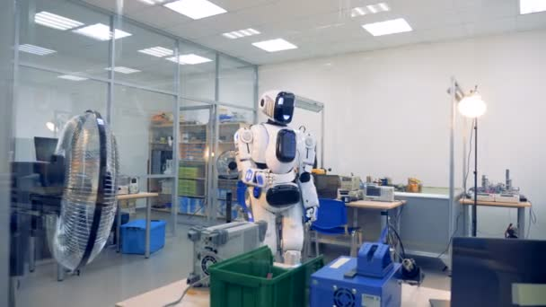 Technické místnosti úřadu s robotem, zvedání ruky a ohýbání prstů